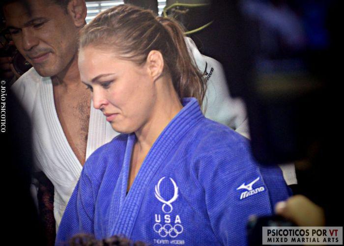Ronda Rousey observa junto de Minotauro os jovens judocas