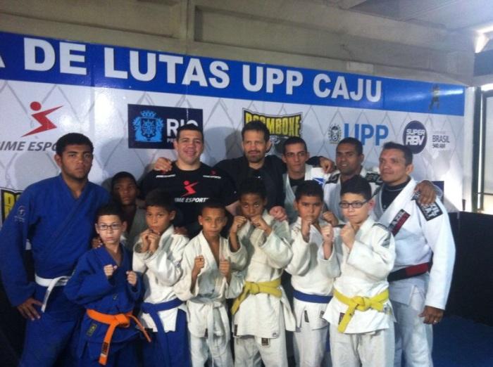 Pedro Rizzo, Murilo Bustamante, policiais e alunos