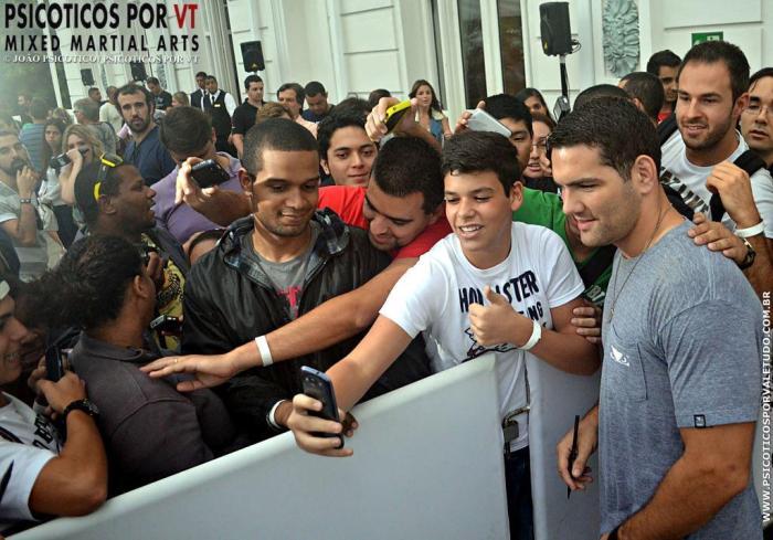 Weidman com fãs brasileiros em sua primeira  vinda ao pais
