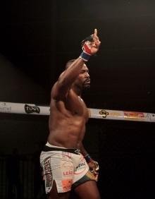 Gerônimo Mondragon venceu Alison Vicente por Tko no 1 round e manteve o cinturão dos pesados do Mr Cage.