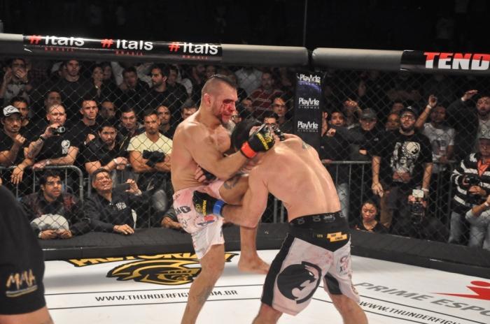 Macaco e Celsinho fizeram luta sangrenta no Thunder Figh Foto: Marcos Santos