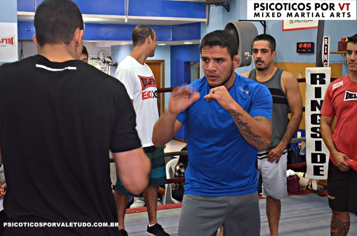 Rafael do Anjos passou varias técnicas aos participantes  na academia Delfim na Tijuca.
