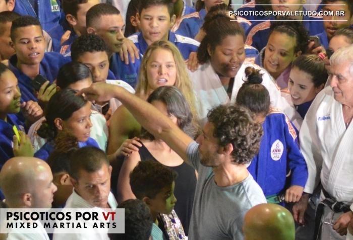Ronda demonstrou muito carinho e tirou foto com cada um dos alunos presentes.