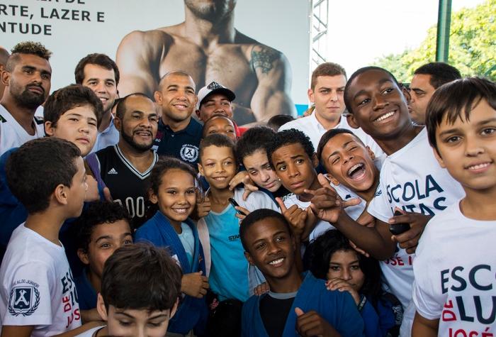 Escola de Lutas José Aldo atende a 200 crianças no Complexo da Maré