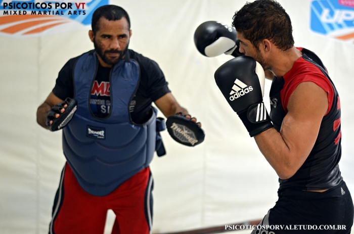 Leo Santos fazendo o treino de boxe com Giovanni Diniz.