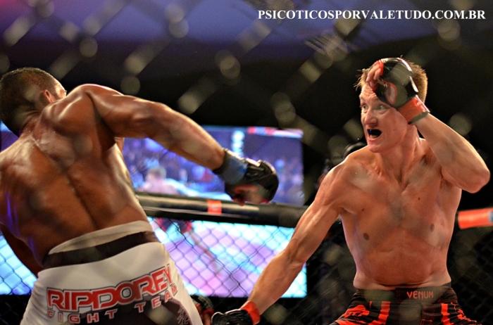 O holandês Joey Kuiten estreou com vitória convincente sobre Alex Trem Bala