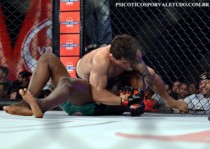 Ronys Torres manteve o cinturão da categoria peso-leve (até 70,3kg) após duelo contra Wallace Lopes