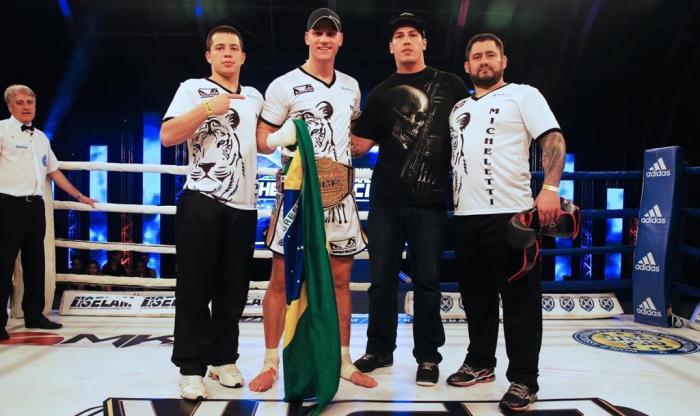 Felipe Micheletti venceu Carlos Meza e é o novo campeão peso-pesado. Foto João da Hora