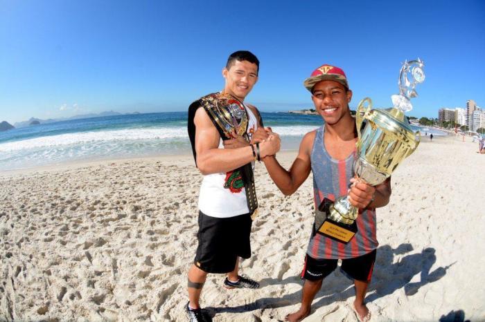 Dudu Dantas e Sócrates Santana posam na praia de Copacabana (Divulgação/Marketing Esporte Clube)