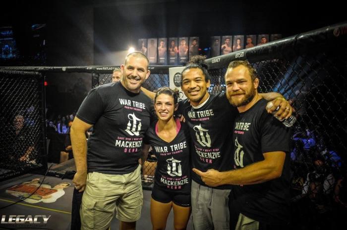 O ex-campeão do UFC Ben Henderson esteve no córner da lutadora (Divulgação/Legacy)