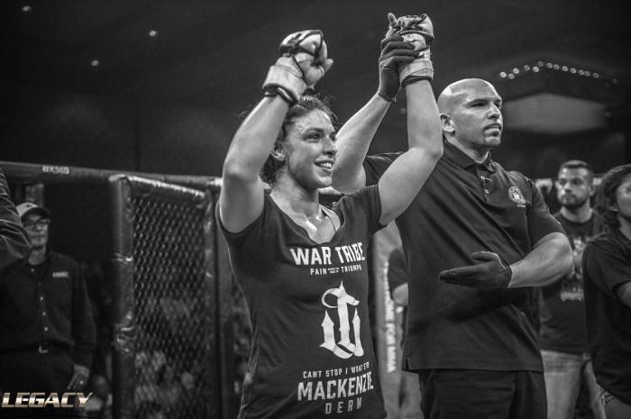 Em sua estreia no MMA, Mackenzie Dern venceu por pontos (Divulgação/Legacy)