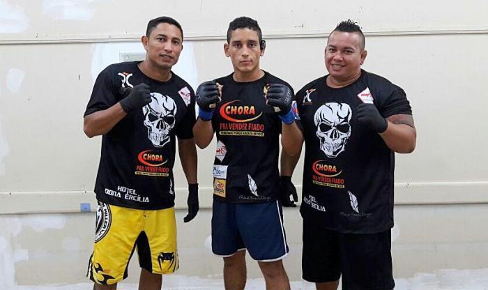 Zairo Garcia - ao centro - vencedor do co-main event em Coari - Divulgação