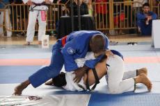 Denis Gomes, por cima, foi campeão absoluto na faixa preta