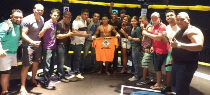 Jacarezinho comemora vitória no Amazon Champions Fight 2 com equipe - Divulgação