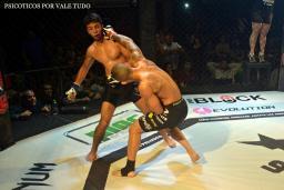 Ricardo Dias deu show no melhor combate da noite.