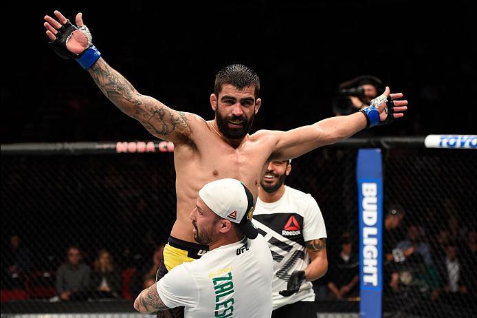 Elizeu Capoeira comemora novo triunfo no UFC com seus treinadores (Divulgação/UFC)