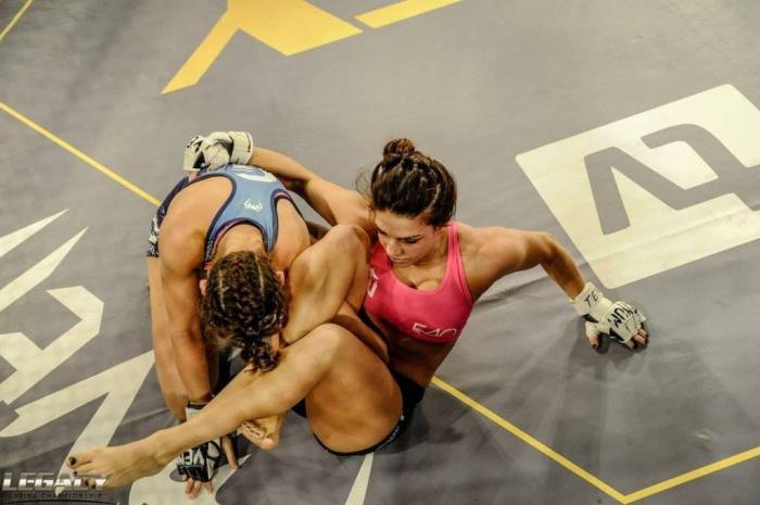 A finalização veio na segunda luta de Mackenzie no MMA (Divulgação/Legacy)
