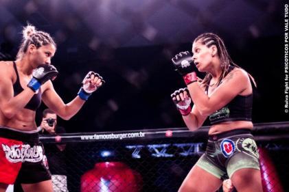 Bruna Araújo vs Gisele Barbosa foi a melhor luta da noite do evento. Foto: Ruiva Fight / Psicóticos por VT