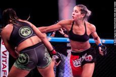 Bruna Araújo venceu Gisele Barbosa. Foto: Ruiva Fight / Psicóticos por VT