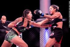 Gisele Barbosa com um belo jogo de contra ataque vendeu caro sua derrota. Foto: Ruiva Fight/ Psicóticos por VT