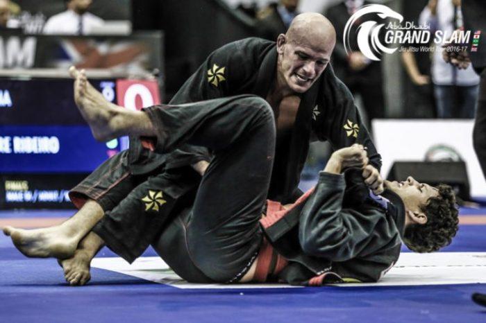 Igor Silva, por cima, se destaca sem quimono e é ouro na categoria até 108kg