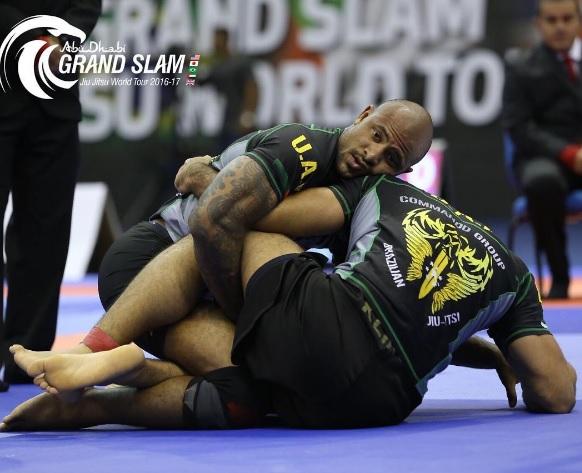 Felipe Preguiça, por baixo, supera pressão de Xande Ribeiro e fica com o ouro na categoria até 94kg, com quimono