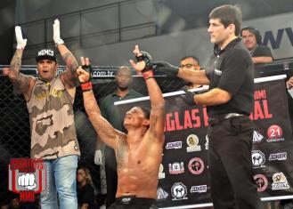 Douglas Rakchal venceu a luta principal da noite.