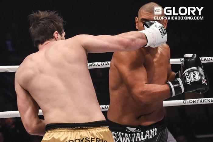 Artem Vakhitov nocauteou Saulo Cavalari. Foto: James Law, GLORY Sports International