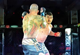Cirne antes de finalizar seu adversário, conseguiu um lindo knockdown com um cruzado de direita. (Foto: João Baptista)